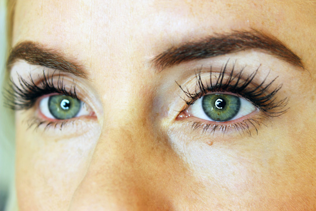 Using flash eyelash serum